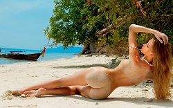 mujer desnuda playa